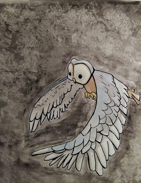 Tuschezeichnung einer Schleiereule, deren Flügel nach unten schwingen. Ihre Federn sind grau-blau und hellbeige-grau. Ihr Bauch und ihre Schwanzfedern sind braun. Ihre Krallen sind am Bauch angezogen und gelb-orange, der Schnabel ist gelb. Ihr Gesicht ist hellbeige mit einem braunen Rand. Der Hintergrund des Bildes ist dunkelgrau mit hellgrauer Musterung. Die Eule nimmt ungefähr zwei Drittel der Bildfläche ein.